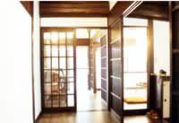 玄関ホールから居間・食堂